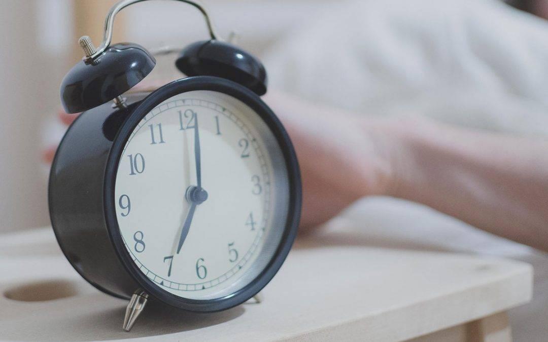 Zašto se često budimo pre budilnika?
